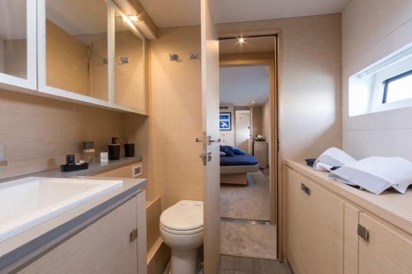 Fountain Pajot 44 Alpha Centauri Bad mit WC, Waschbecken und offener Tür Richtung Bett