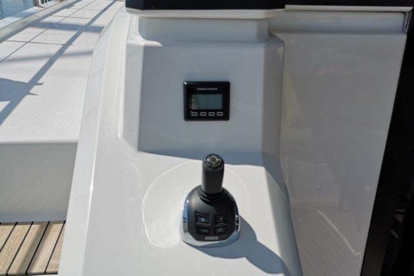 Fountain Pajot 44 Alpha Centauri Joystick für bequemes Navigieren