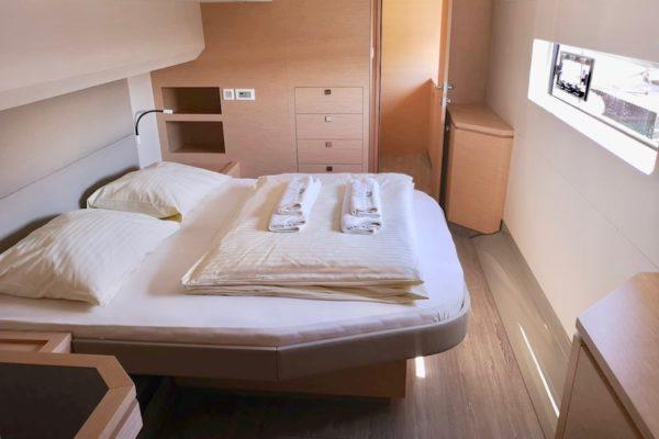 Fountain Pajot 44 Alpha Centauri Kabine mit großem Doppelbett, Schränken, Fenster und frischen Handtüchern