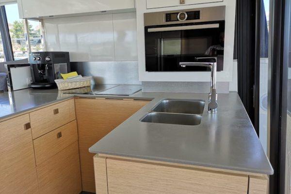 Fountain Pajot 44 Alpha Centauri Küche mit Mikrowelle, Waschbecken und Kaffeemaschine
