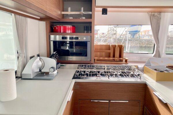 Lagoon 46 KARI hochwertiger Küchenbereich Yachting2000