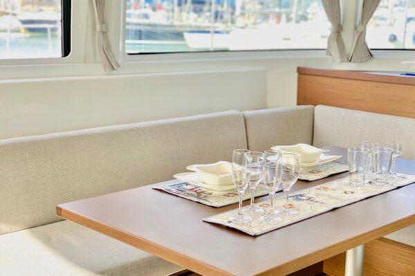 Lagoon 46 KARI Yachting2000 luxuriöse Innenausstattung Geschirr von Villeroy and Boch