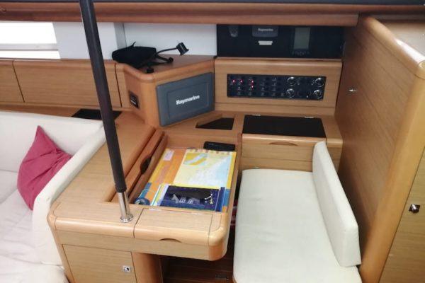 Jeanneau 57 Champagne Kartentisch und Navigation