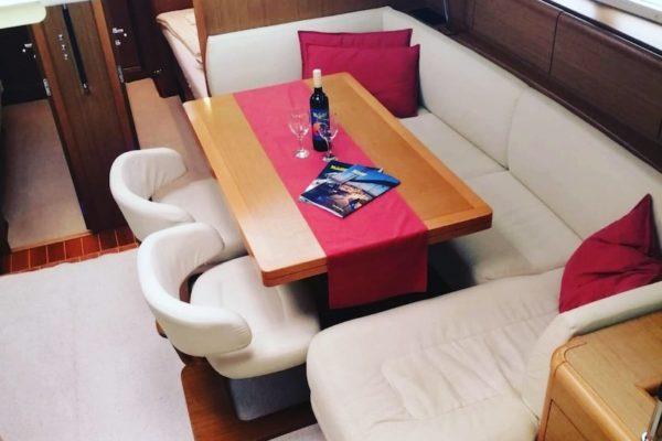 Jeanneau 57 Champagne Salon großer Tisch