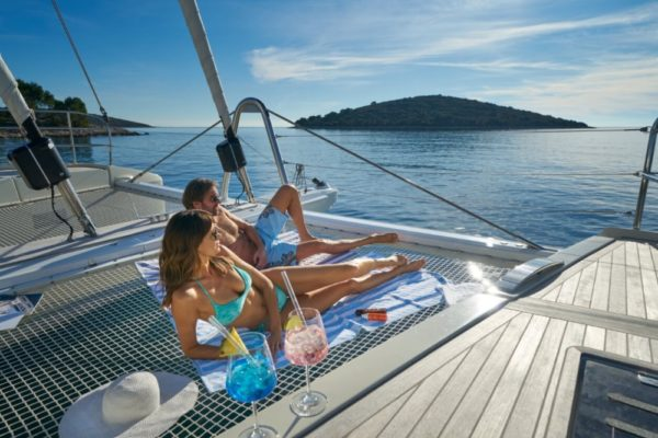 Lagoon SIXTY 5 Bug mit Cocktails | Yachtcharter | Yachting 2000
