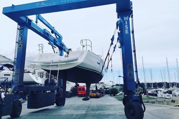Transport vom weiß blauen Sun Odyssey Yacht